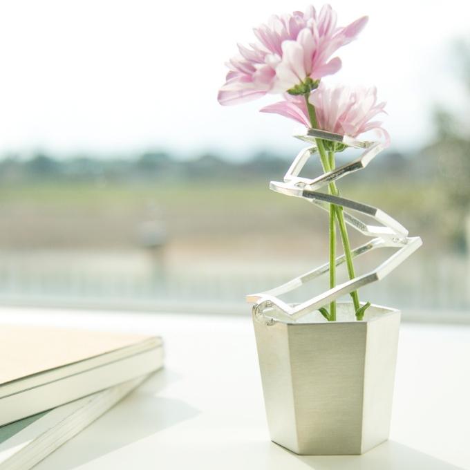 花に寄り添う一輪挿し