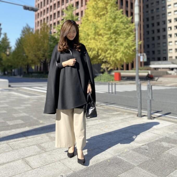 晴れた日は気分の上がるケープコートで特別感あるお出かけスタイルに!