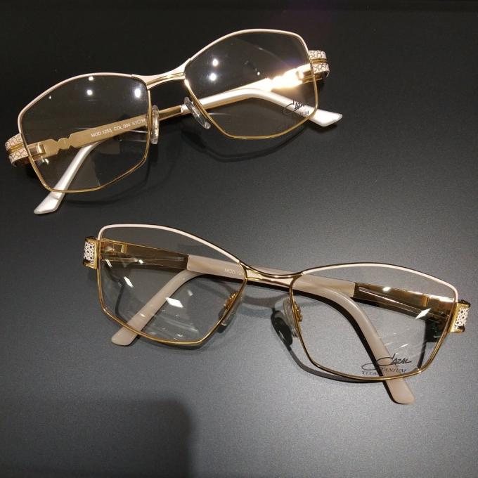 眉に沿う自然なブロウライン 秋を優美に装う眼鏡フレーム カザール